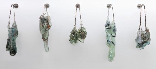 Monteringsdele i metal og træ til glasobjekter