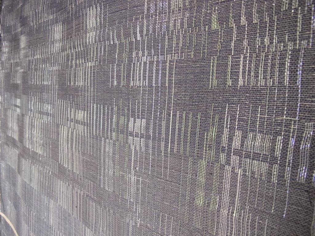 Helle har taget udgangspunkt i nedbørsdata fra DMI og omsat disse til specifikke farver, bindinger og strukturer. Hun har benyttet 3-lagsvævning for at skabe en reliefvirkning i tekstilet. Læs mere om projektet