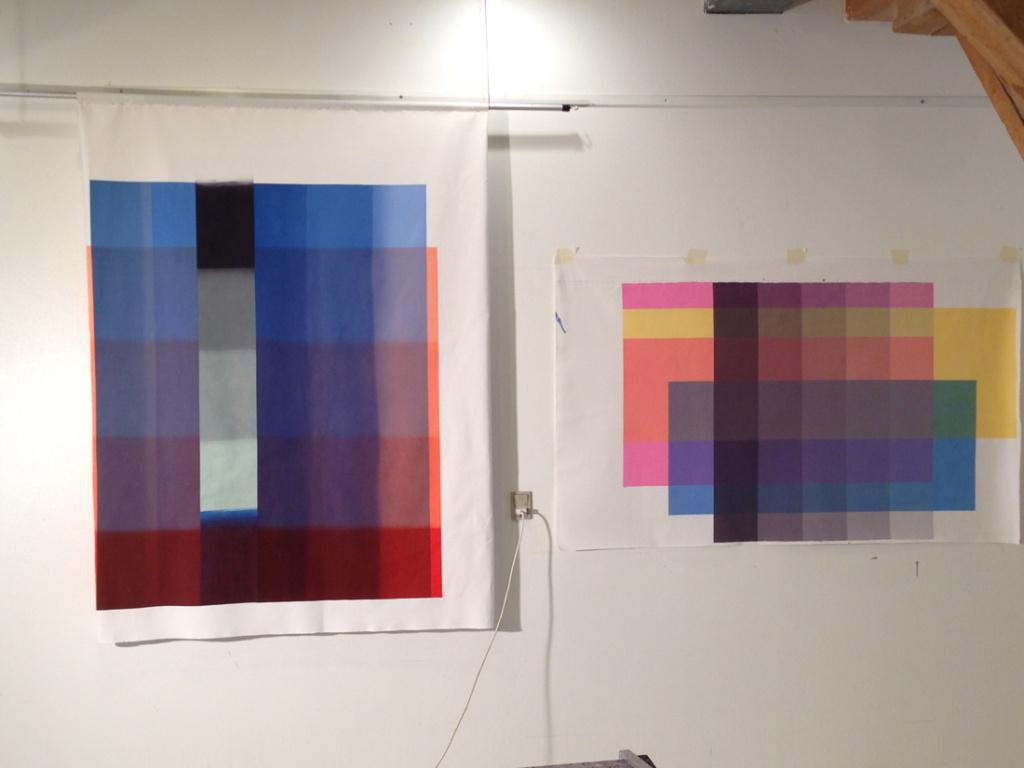 Farveanalysen med primærfarver og sort sammenstillet med et af de nyeste unika tekstiltryk.