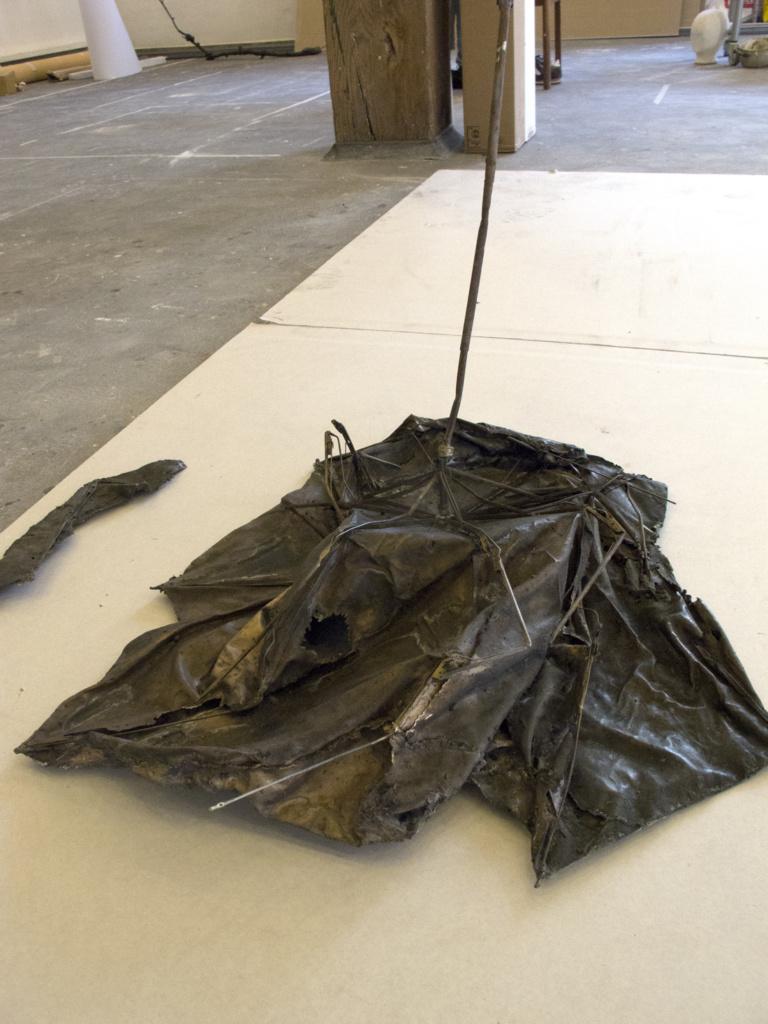 Paraplyen er poleret og efterfølgende behandlet med svovllever og voks for at frembringe den mørke farve i bronzen.