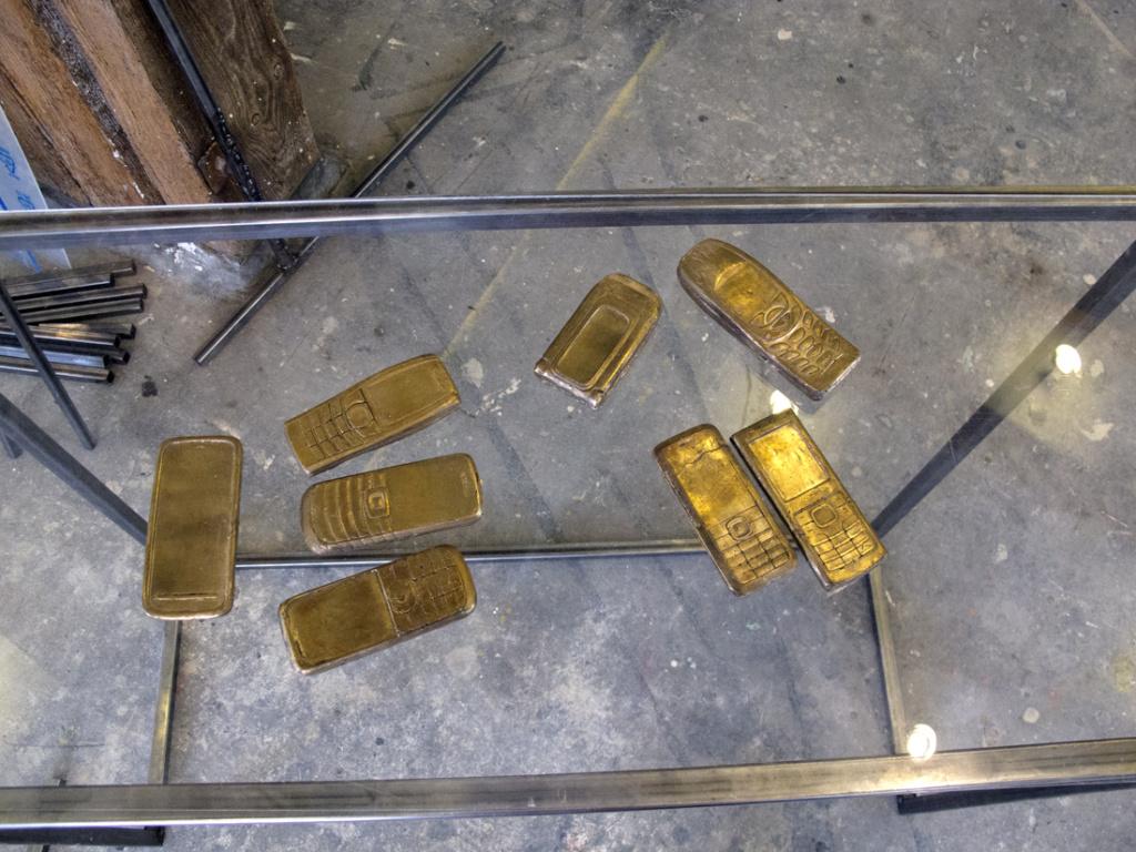 Højpolerede mobiltelefoner støbt i bronze.