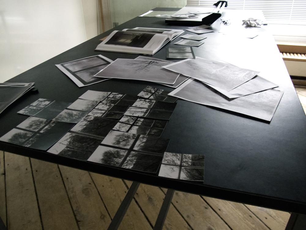 Kristina Kvalvik arbejder med værket 'De fire værelser'