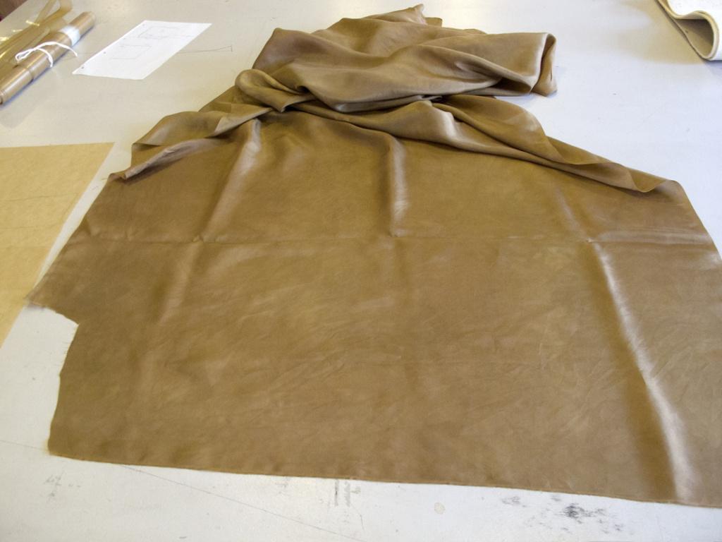 Indfarvet silkejapon til brug for komplettering af fanen.