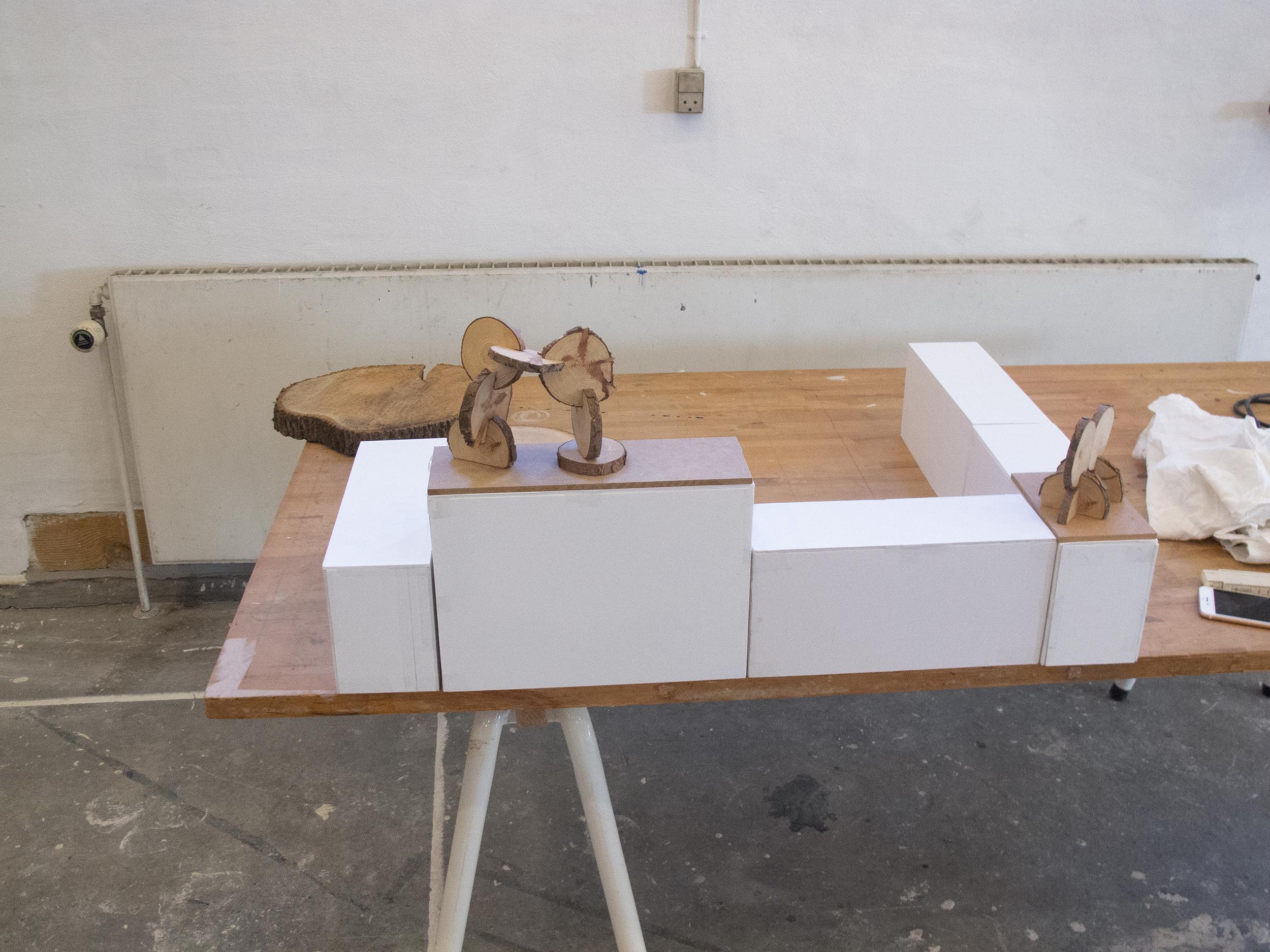 Jytte Høy - modeller af skulpturer til Kämpetorpsskolan (sat op på model af siddemodulssokler)