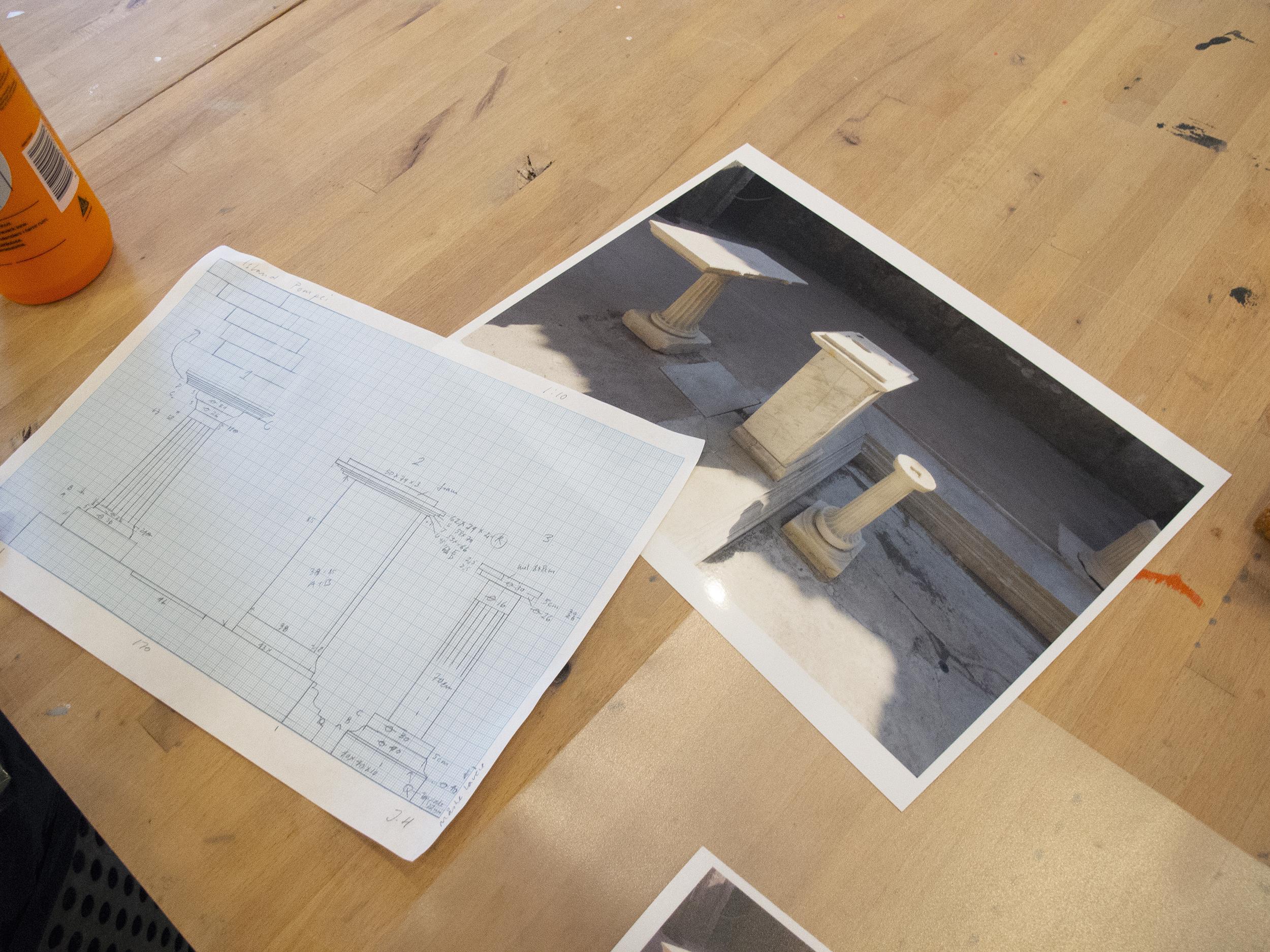 """Jytte Høy - værk til """"Freestyle Island"""", fotografi af sokler i atriumgård ved Pompei"""