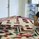 Tekstildesigner Siff Pristed i tekstilværkstedet. Foto: SVK