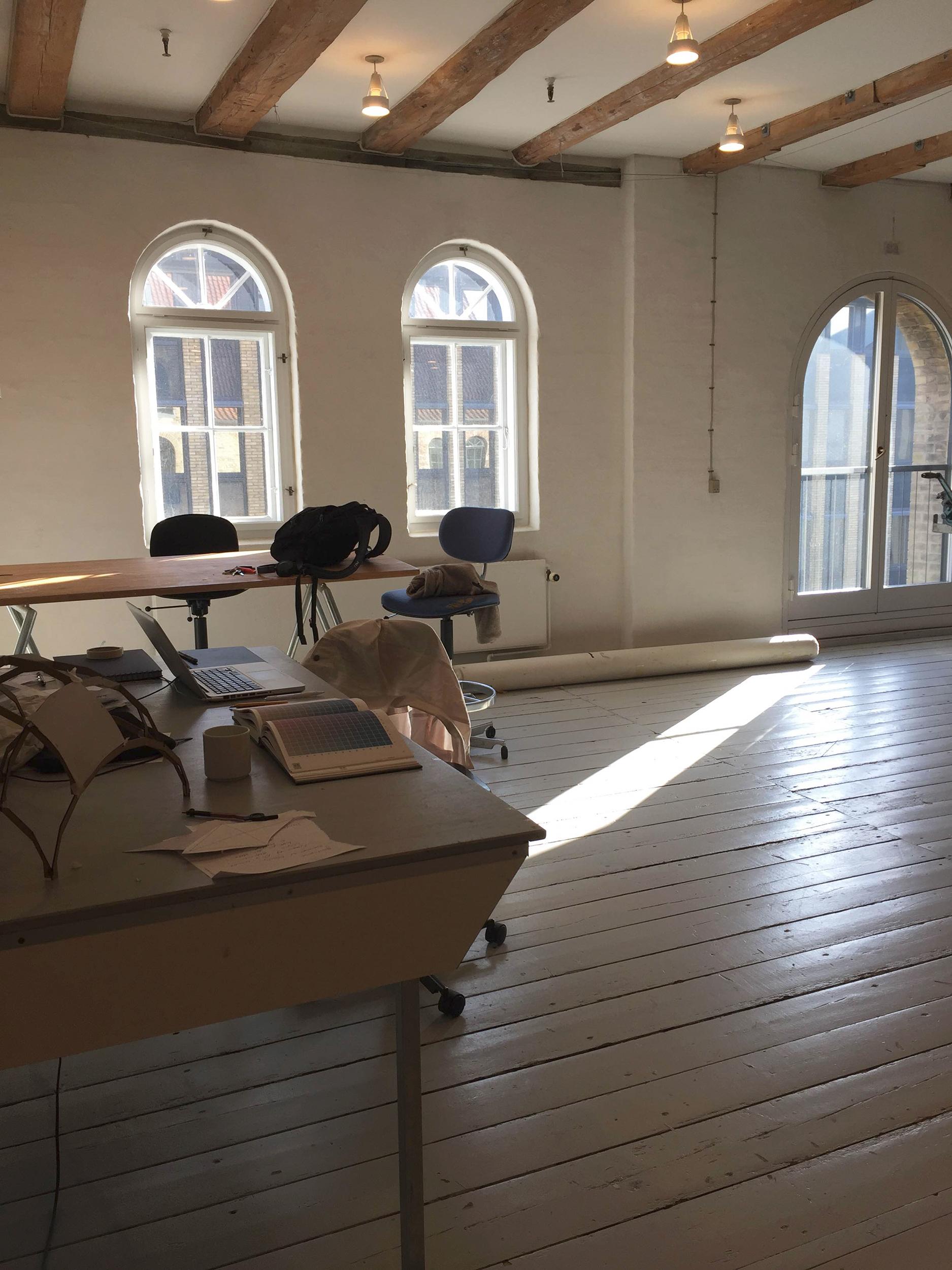 Julie Riis Andersens arbejdsbord i tekstilværkstedet