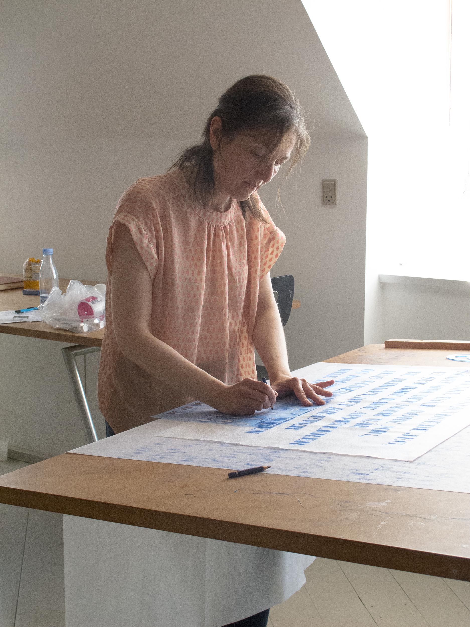 Martha Kramær ved skråbordet