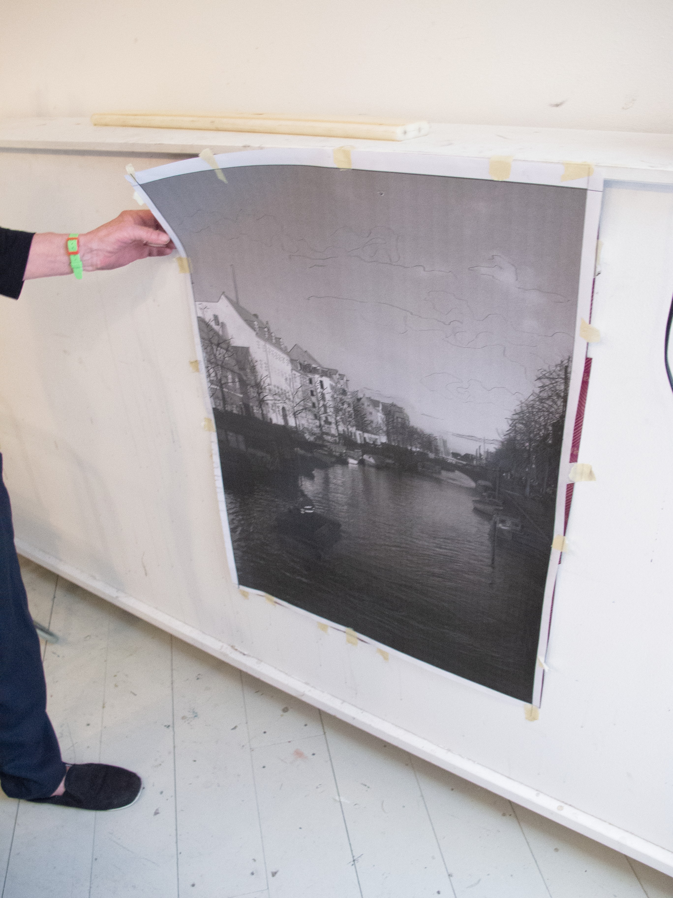 Foto i stort format med kalkerpapir og optegninger