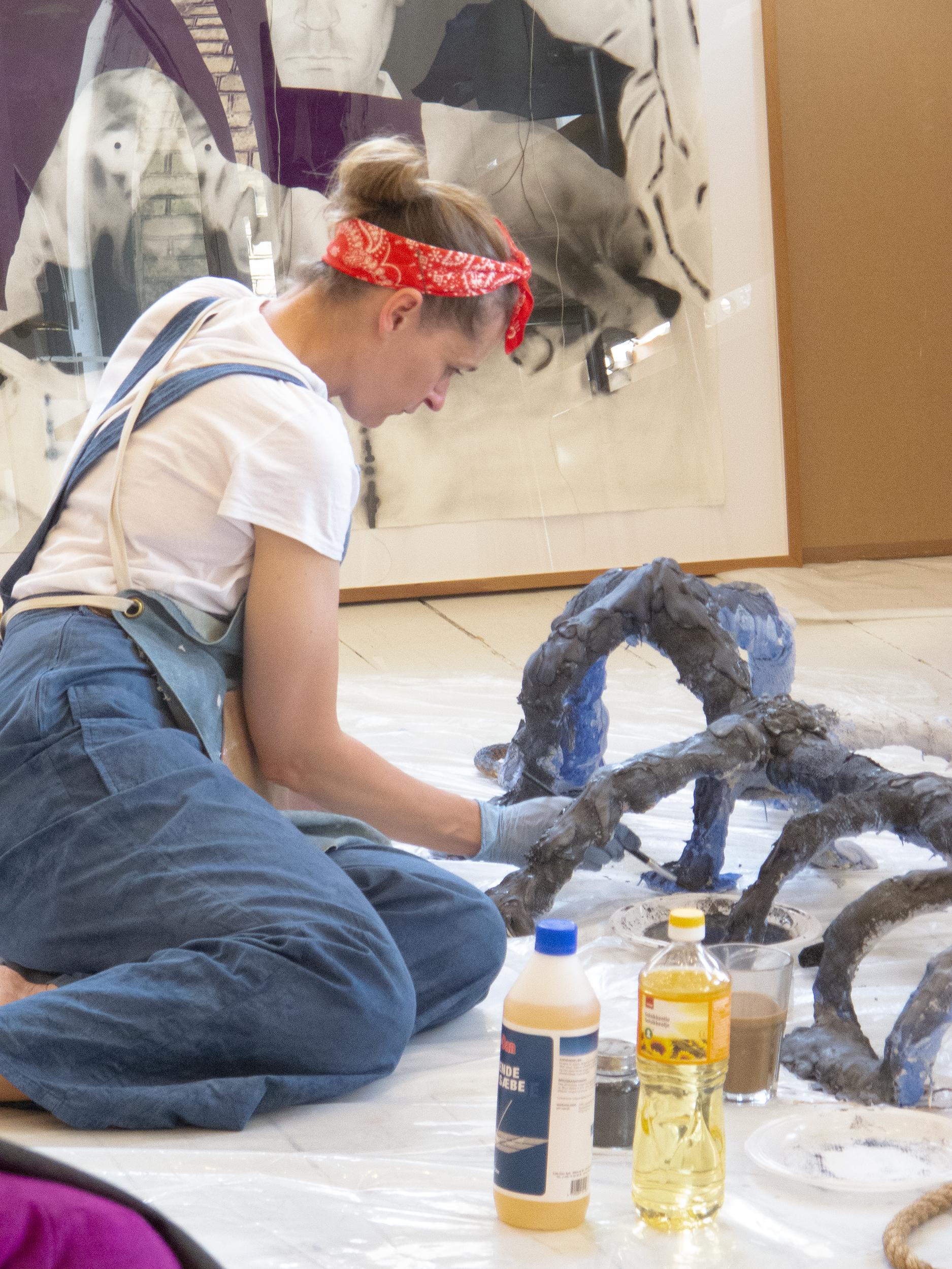 Christina Hamre maler gipsskulpturer i atelieret