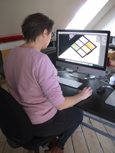 Joyce redigerer billeder i fotoværkstedet
