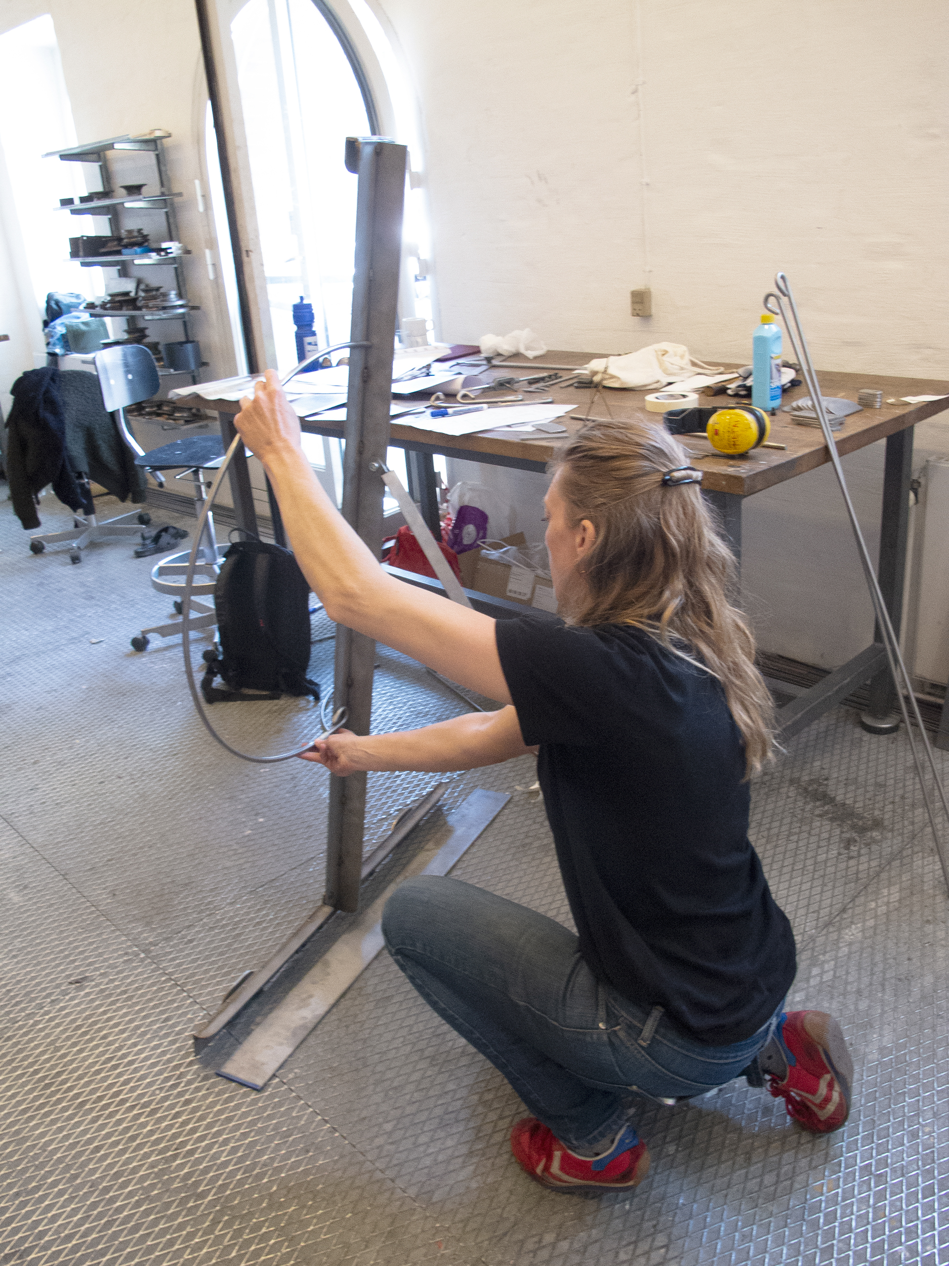 Malene Nors Tardrup med den overdimensionerede fotoramme i metalværkstedet