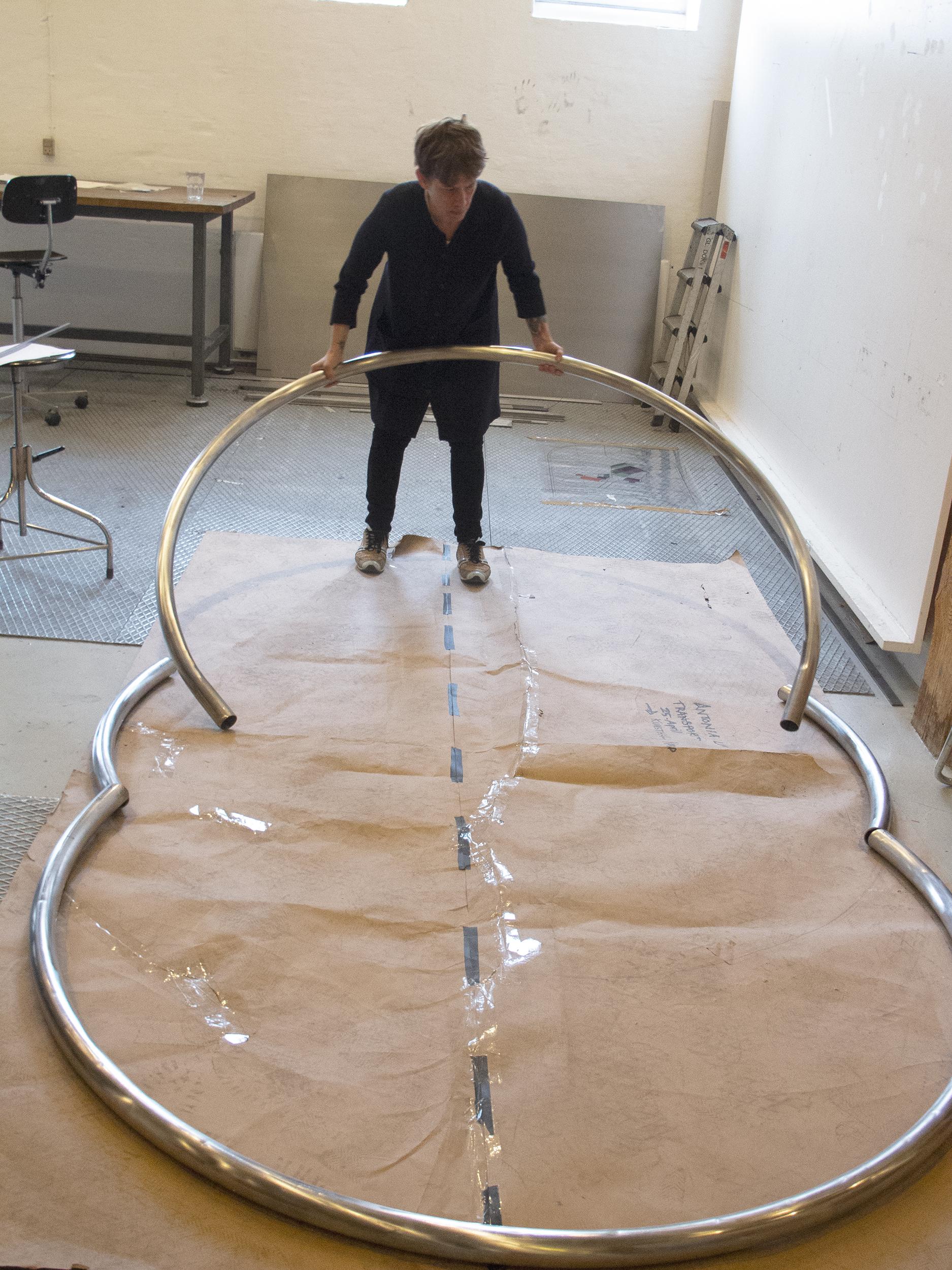 Sian Kristoffersen samler oval i metalværkstedet